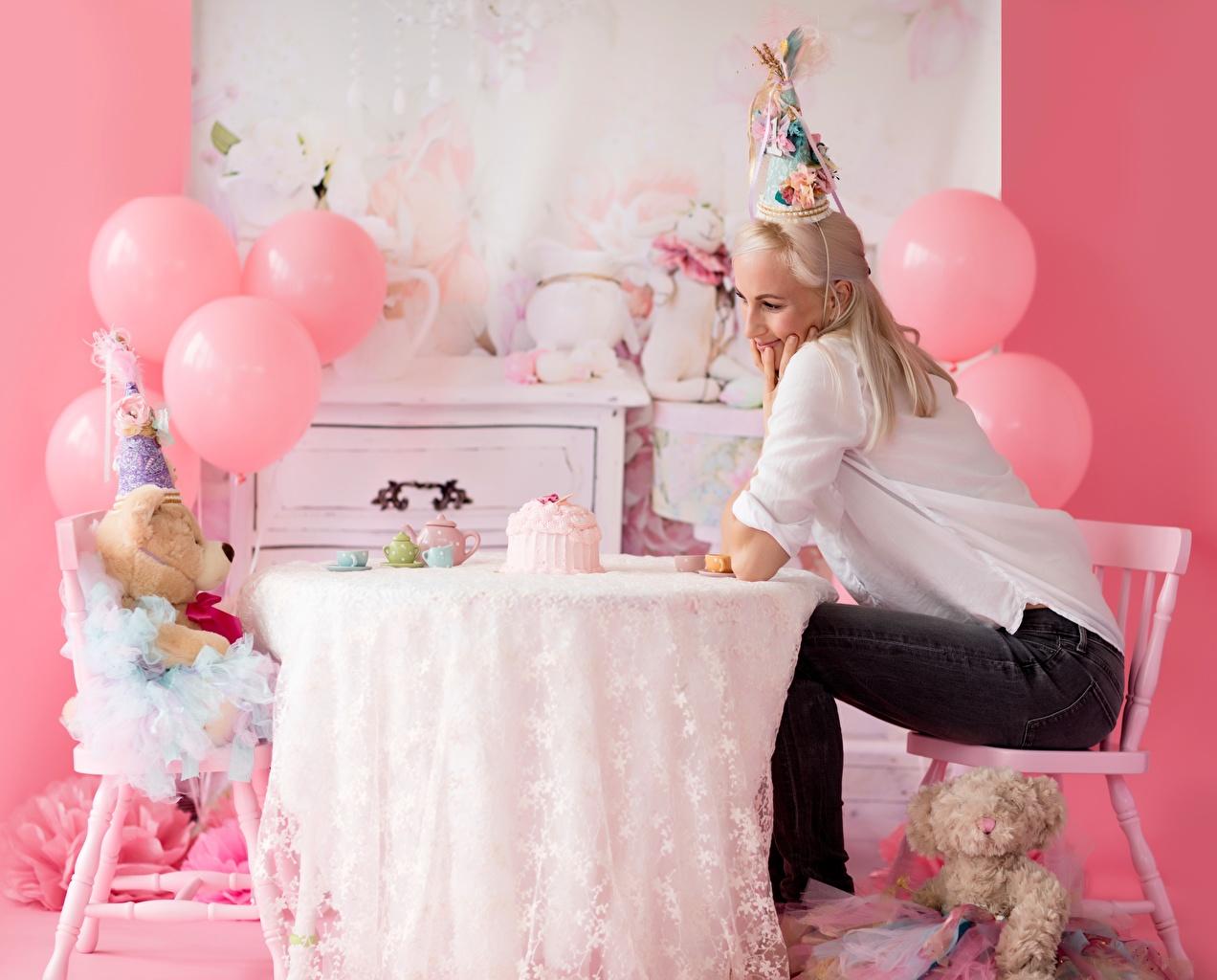 Desktop Hintergrundbilder Geburtstag Blondine junge frau Knuddelbär sitzt Stuhl Tisch Kugeln Feiertage Blond Mädchen Mädchens junge Frauen Teddy Teddybär sitzen Sitzend Stühle