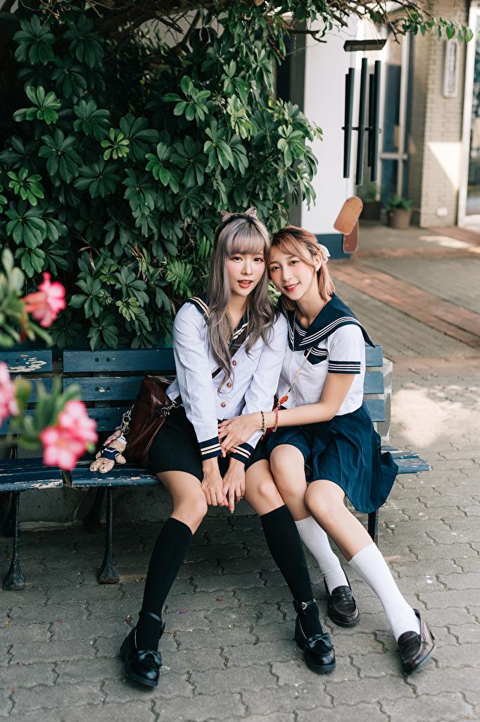 Desktop Hintergrundbilder Schulmädchen 2 Mädchens asiatisches sitzt Uniform Bank (Möbel) Starren  für Handy Schülerin Zwei junge frau junge Frauen Asiaten Asiatische sitzen Sitzend Blick