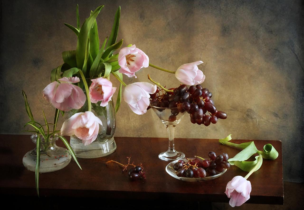 Hintergrundbilder Sträuße Tulpen Blumen Weintraube Vase Tisch Stillleben