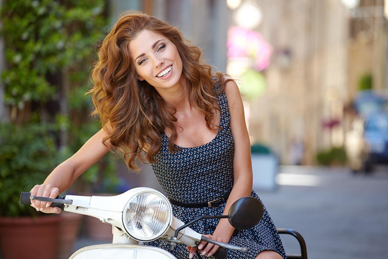 Bilder Motorroller Braunhaarige Lächeln Isabella Haar Mädchens Braune Haare junge frau junge Frauen