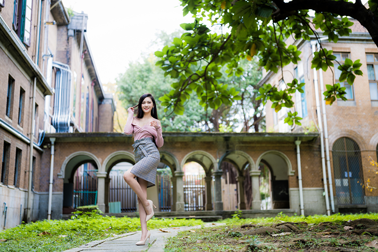 Achtergrond Glimlach Pose Jonge vrouwen Benen Aziaten Kijkt poseren jonge vrouw aziatisch