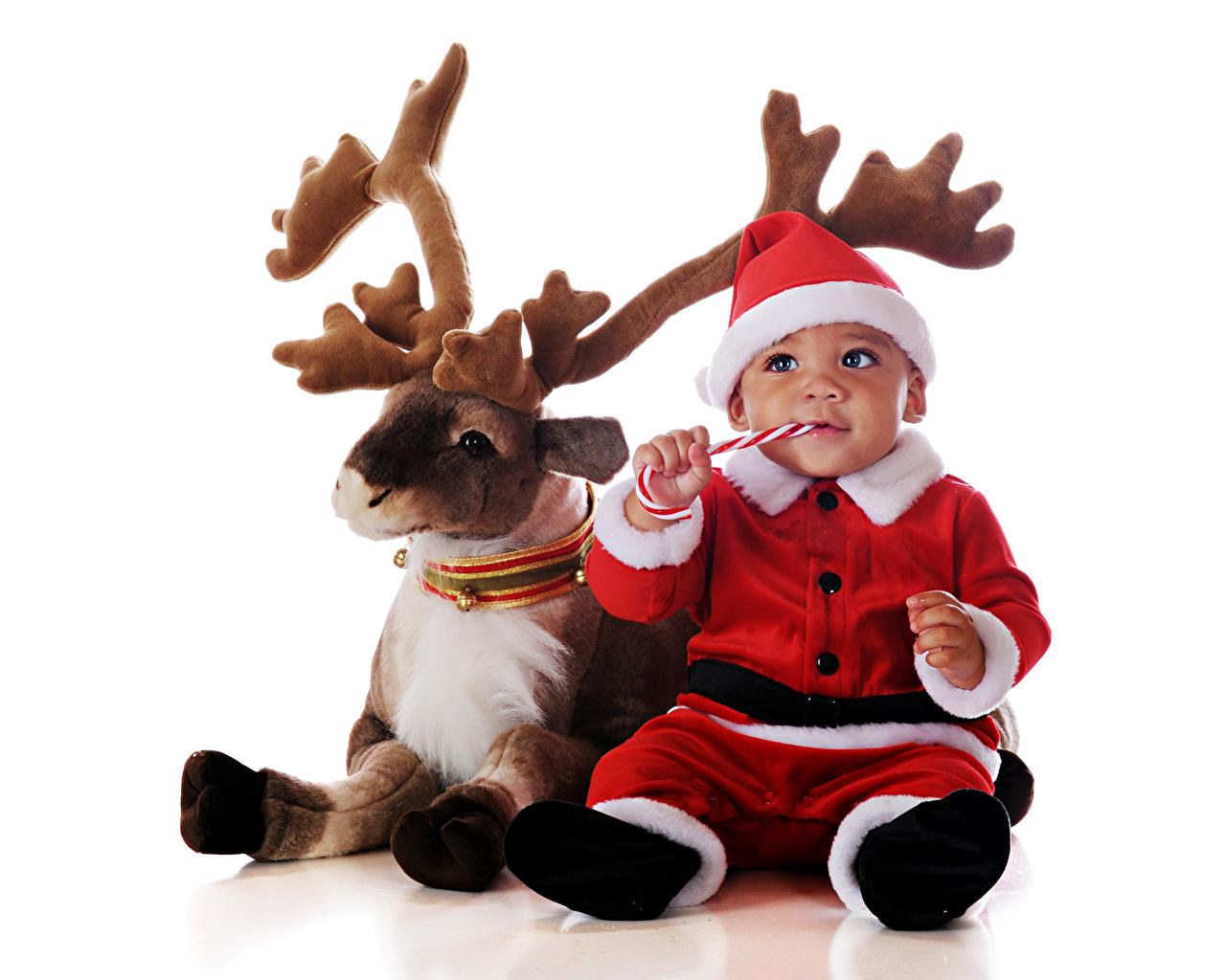 Fotos Hirsche Junge Säugling Neujahr Horn kind Uniform Blick Weißer hintergrund Baby jungen Kinder Starren