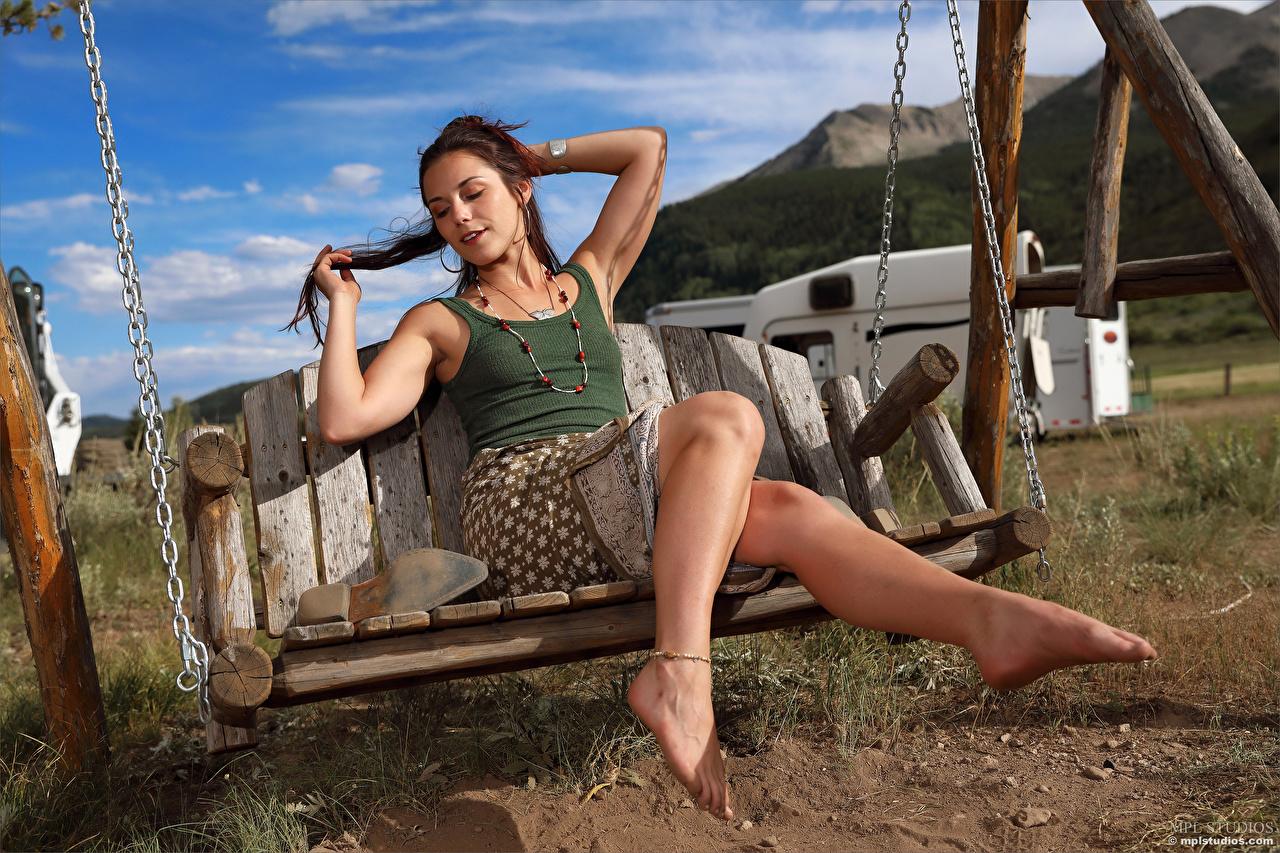 Bilder Elena Generi Rock Schaukel Mädchens Bein Unterhemd junge frau junge Frauen