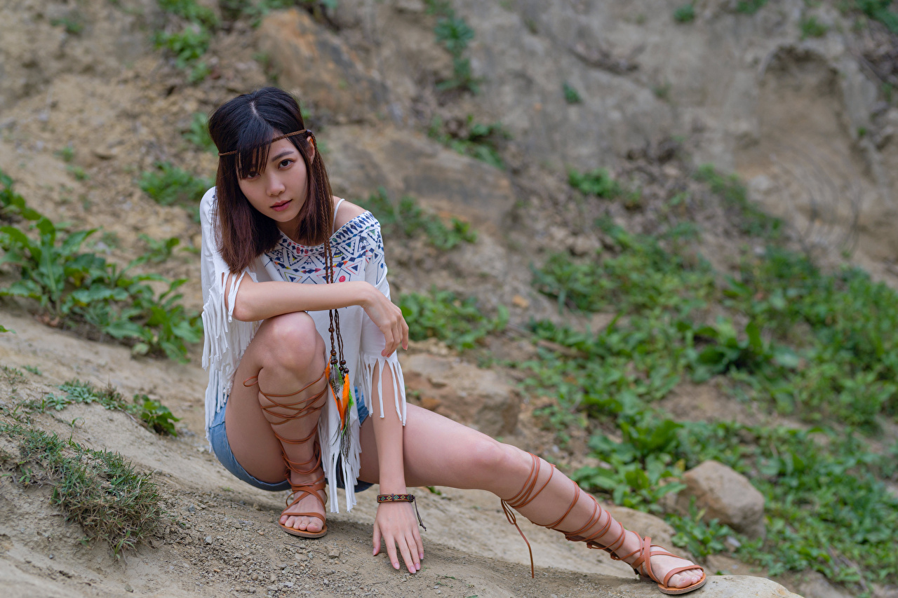 zdjęcia Poza młode kobiety Nogi azjatycka Siedzi Spodenki Spojrzenie pozować dziewczyna Dziewczyny młoda kobieta Azjaci siedzą wzrok