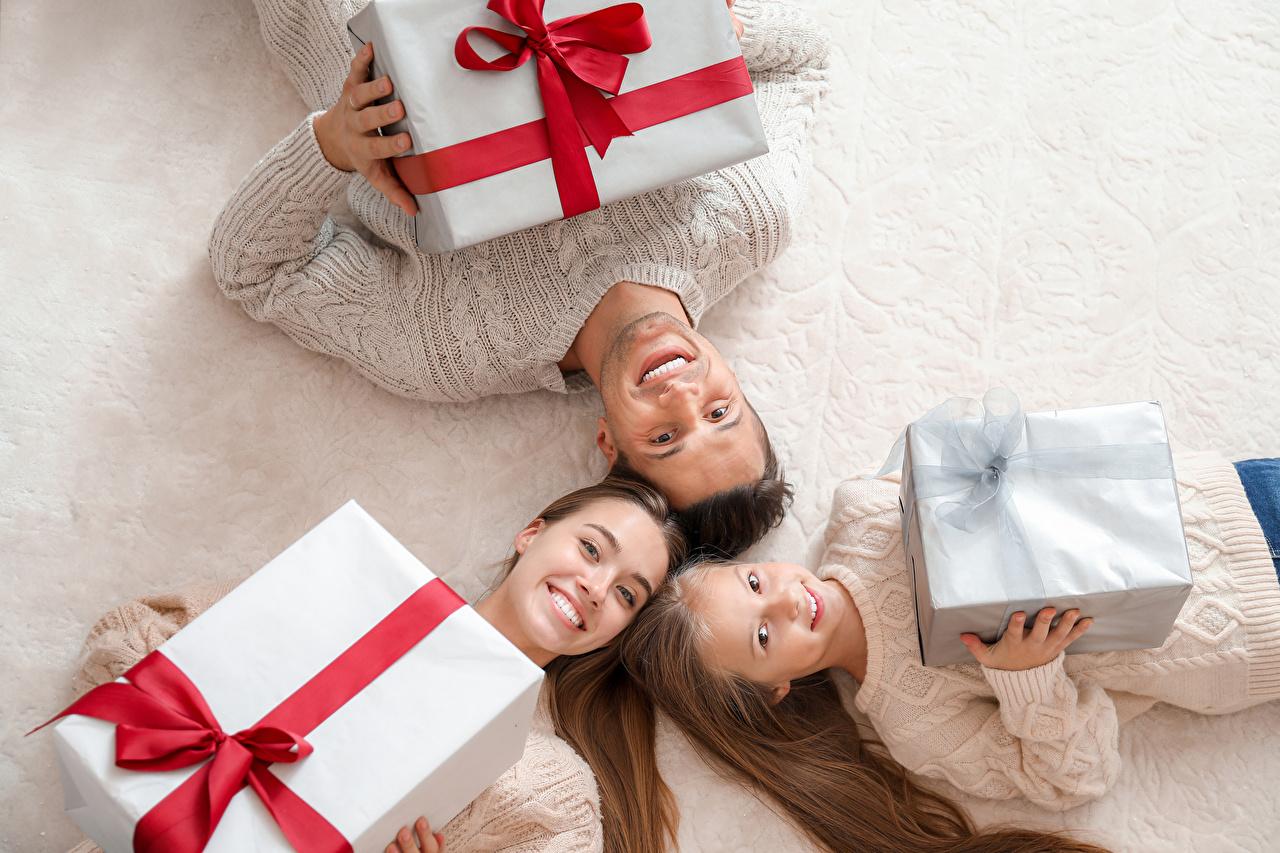Bilder Kleine Mädchen Familie Neujahr Lächeln Mutter kind Geschenke Drei 3 Kinder