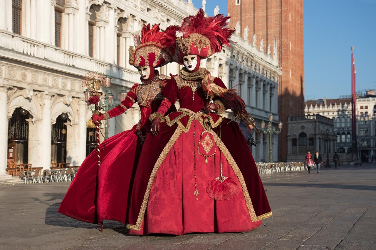 Bilder Venedig Italien Zwei Der Hut Masken Uniform Karneval und Maskerade Städte 2 Maske
