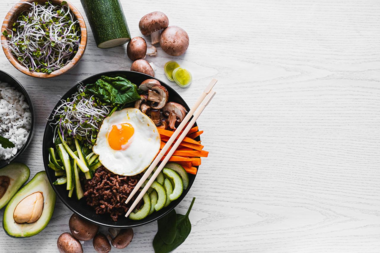 Bilder von Bibimbap Spiegelei Pilze Essstäbchen Lebensmittel geschnittenes das Essen Geschnitten geschnittene
