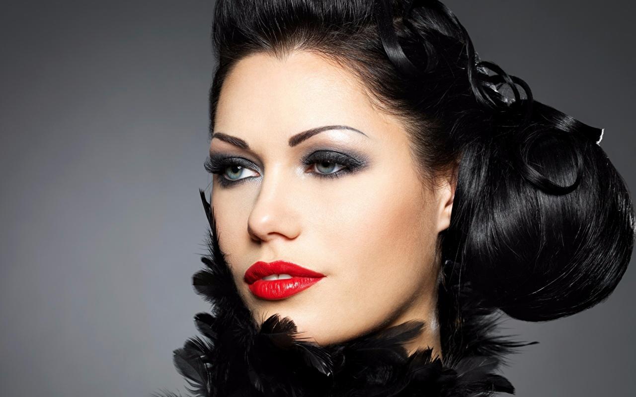 Fotos Brünette Make Up Gesicht junge frau Starren Rote Lippen Grauer Hintergrund Schminke Mädchens junge Frauen Blick