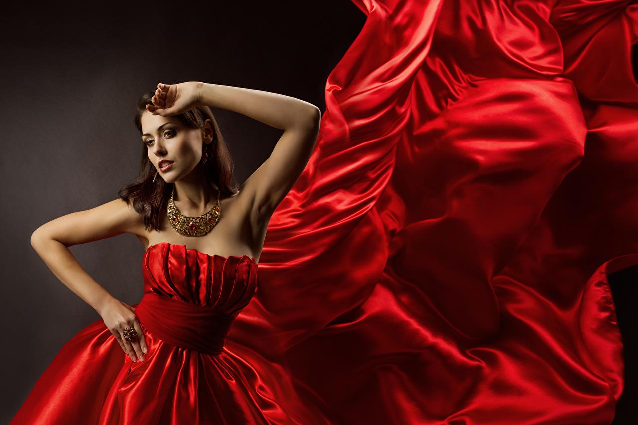 Fotos von Braunhaarige Pose Rot Halskette junge frau Hand Kleid Schmuck Braune Haare posiert Mädchens Halsketten junge Frauen