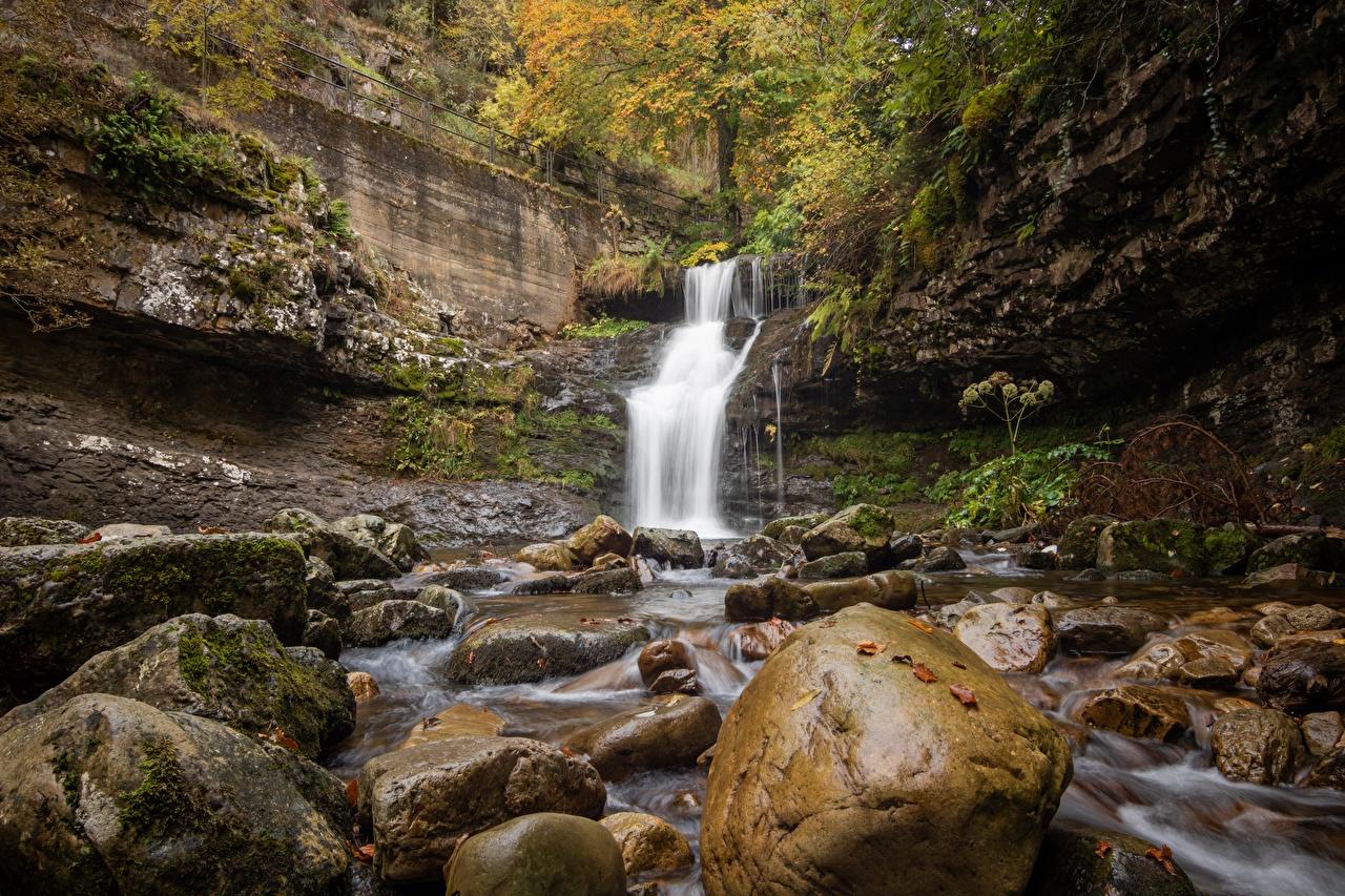 Desktop Hintergrundbilder Natur Herbst Wasserfall Steine Laubmoose Stein
