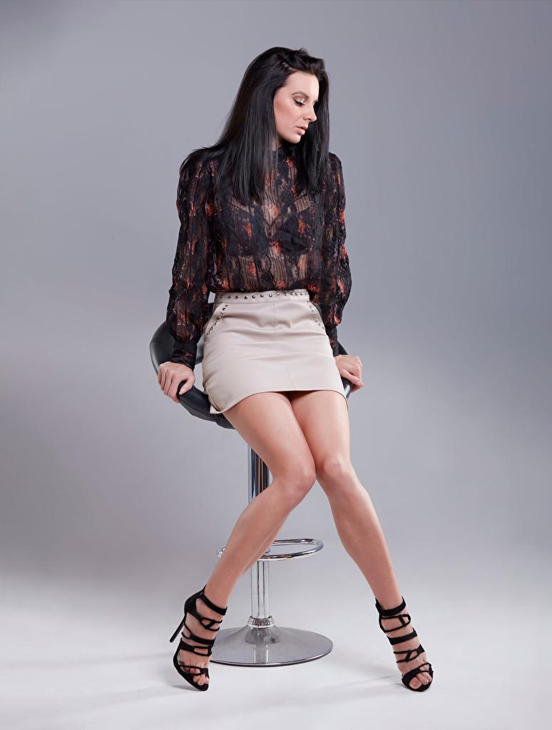 Foto Rock Brünette Bluse junge Frauen Bein Sitzend  für Handy Mädchens junge frau sitzt sitzen