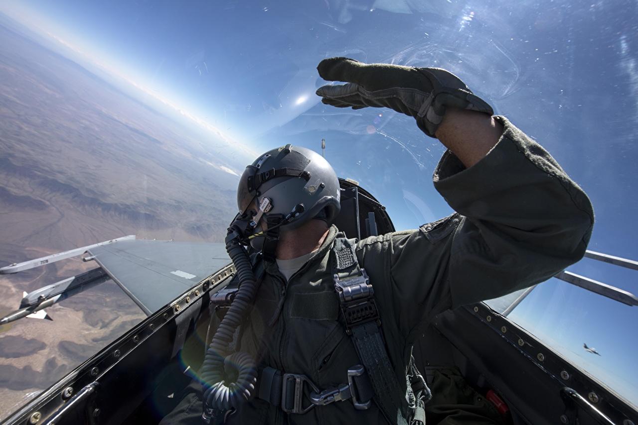 Bilder Jagdflugzeug F-16 Fighting Falcon Helm Pilotenkanzel Sidewinder AIM-9 Luftfahrt Cockpit