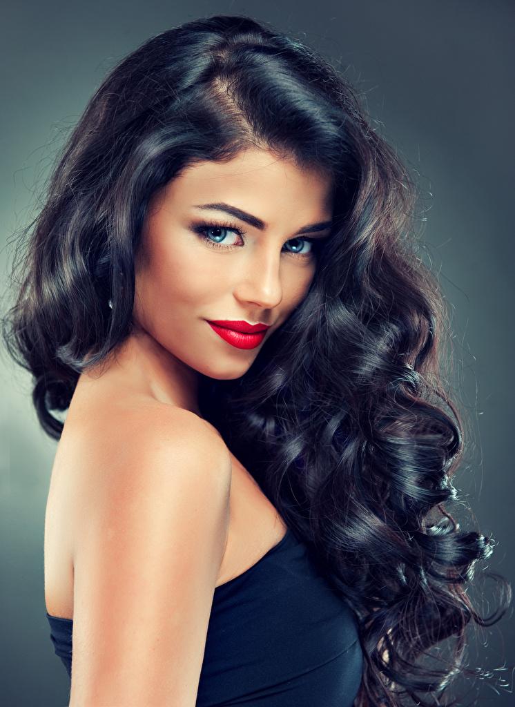 Foto Brünette Model Schön Frisur Haar junge frau Starren Rote Lippen Grauer Hintergrund  für Handy hübsch schöne hübsche schöner schönes hübscher Frisuren Mädchens junge Frauen Blick