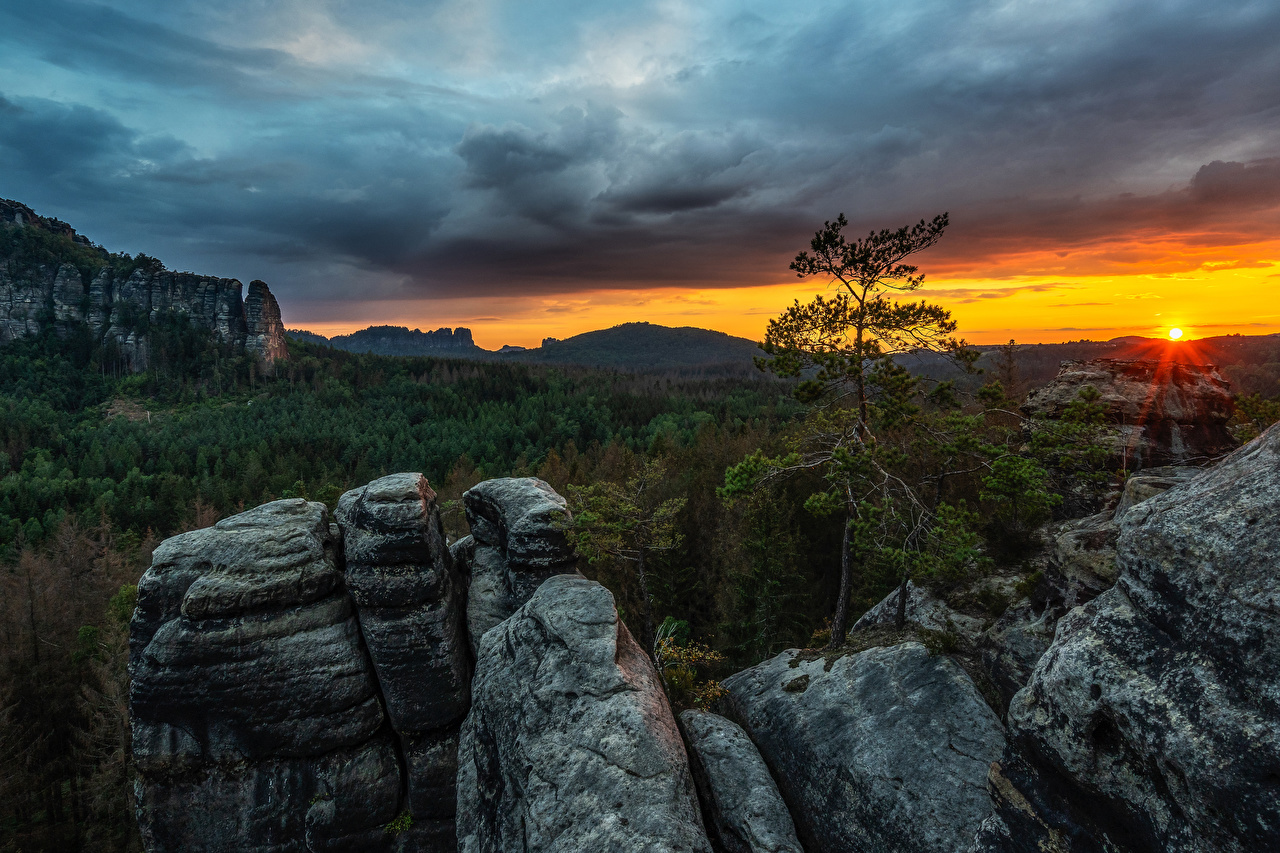 Photos Rays of light Germany Elbe Sandstone mountains Nature mountain Forests sunrise and sunset Trees Mountains forest Sunrises and sunsets