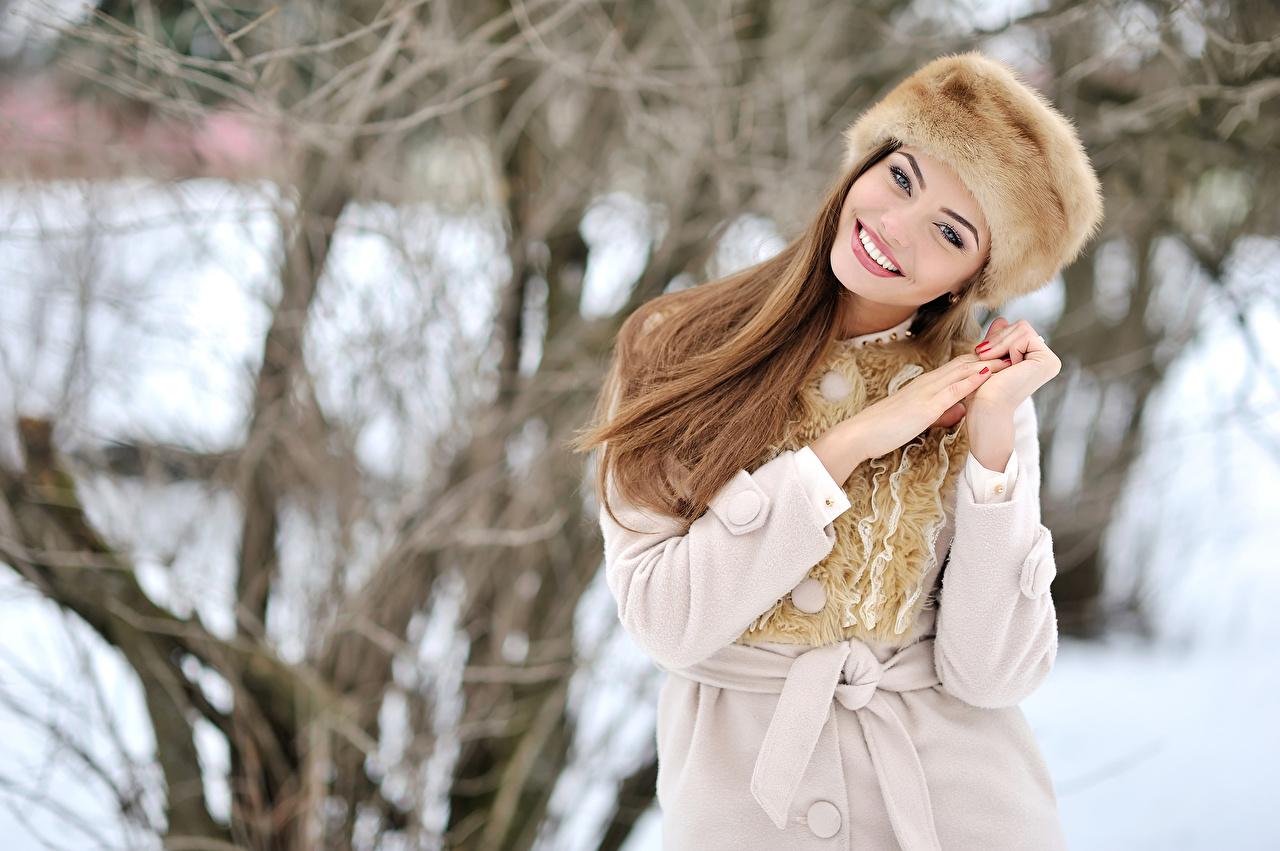Fotos von Braunhaarige Lächeln Winter Mütze Mädchens Hand Braune Haare