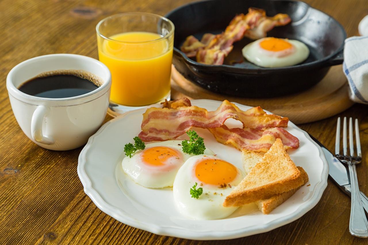 Fotos von Spiegelei Schinkenspeck Kaffee Frühstück Tasse Teller das Essen Speck Lebensmittel