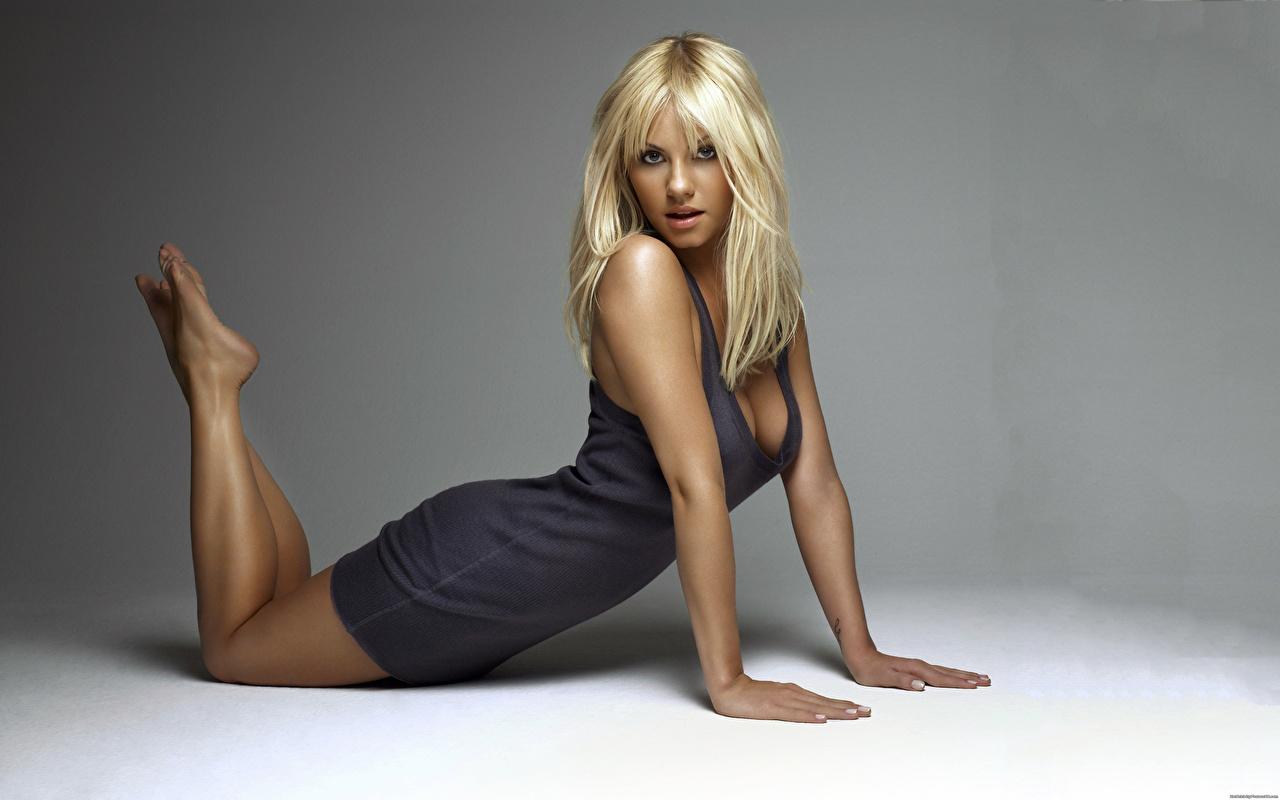 Bilder Elisha Cuthbert Blond Mädchen Pose Mädchens Hand Prominente Kleid Blondine posiert junge frau junge Frauen