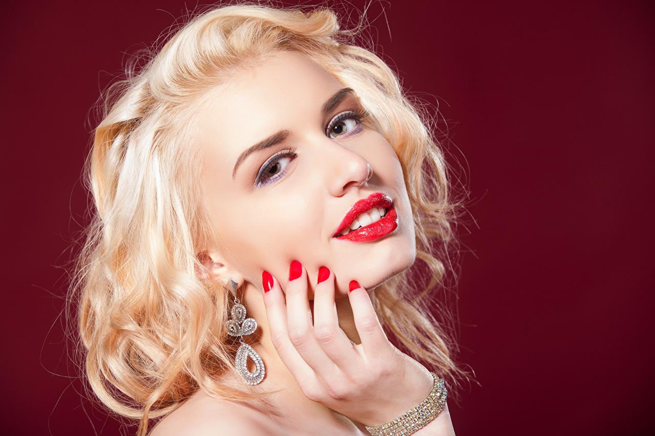 Bilder Blondine Maniküre Make Up Gesicht junge frau Hand Ohrring Blick Rote Lippen Farbigen hintergrund Blond Mädchen Schminke Mädchens junge Frauen Starren