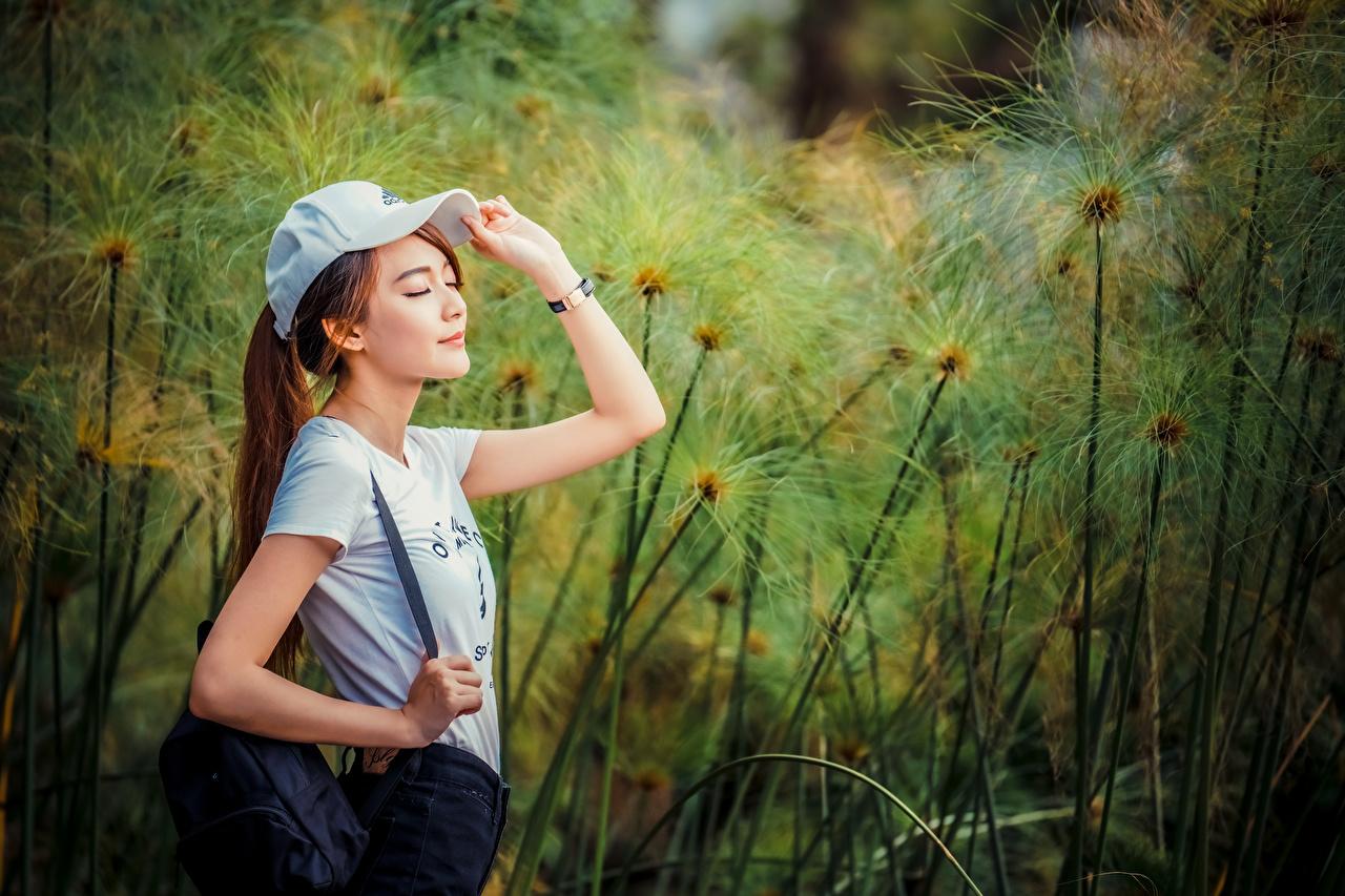 Desktop Hintergrundbilder T-Shirt Mädchens Asiatische Handtasche baseballmütze junge frau junge Frauen Asiaten asiatisches Baseballcap baseballkappe