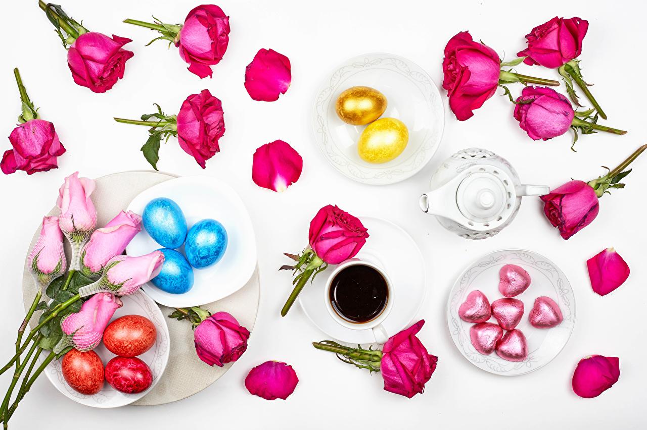 Desktop Hintergrundbilder Ostern Herz Ei Rosen Kaffee Bonbon Blütenblätter Blumen Tasse Teller Lebensmittel Grauer Hintergrund eier Rose kronblätter Blüte das Essen