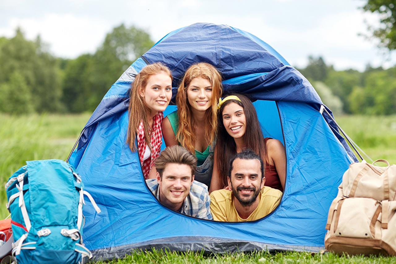 Foto Reisender Tourismus Mann Lächeln Zelt Rucksack junge frau Starren Tourist Touristik Mädchens junge Frauen Blick
