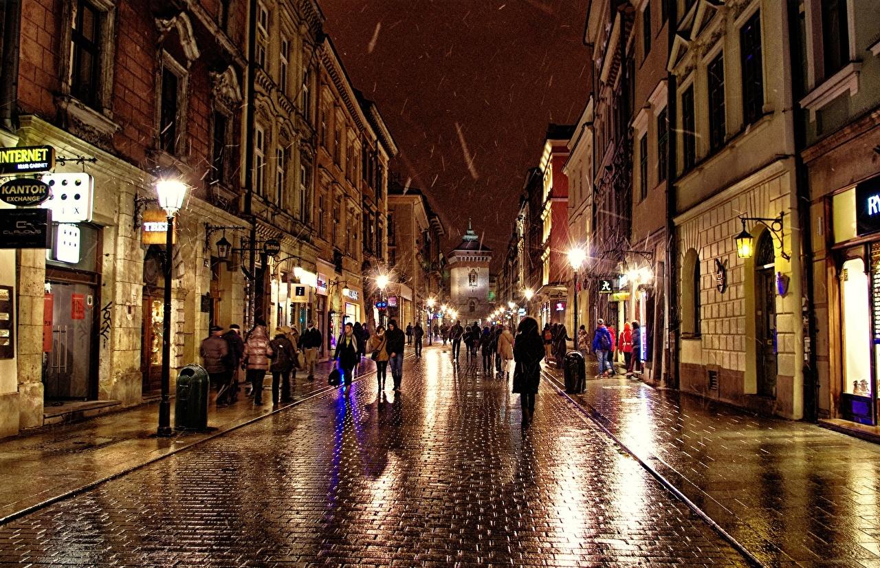 Immagini Polonia Persone Via della città Lampioni Di notte Marciapiede Città Notte notturna