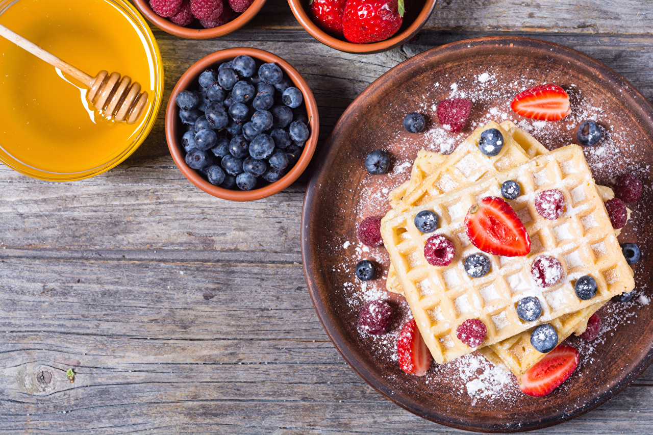 Photos Food Honey Powdered sugar Strawberry Blueberries Berry boards Pastry Waffles Wood planks baking waffle