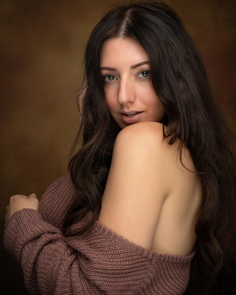 Foto Brünette Mädchens Sweatshirt Blick  für Handy junge frau junge Frauen Starren