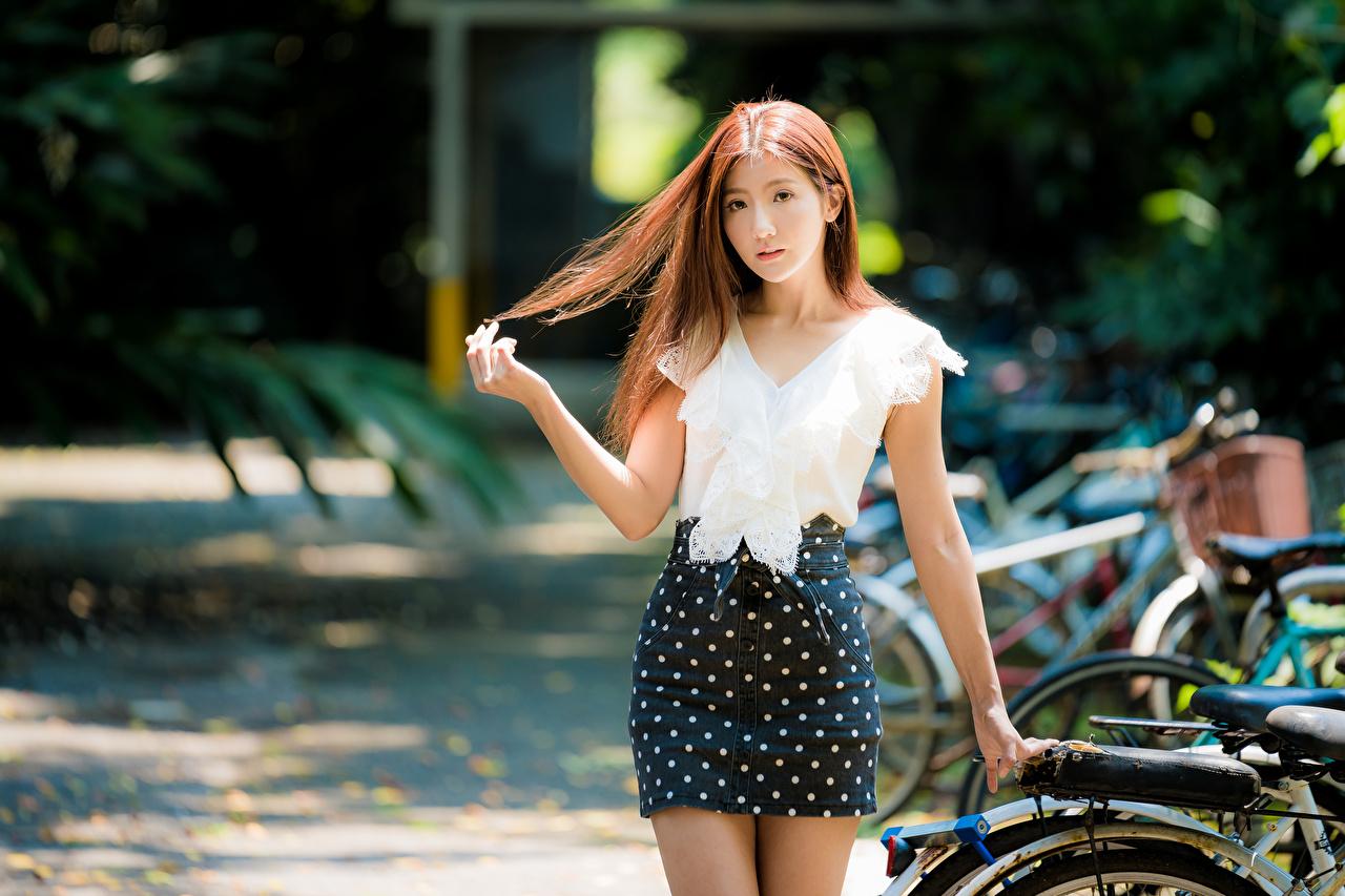 Fotos Rock Braune Haare Bokeh Bluse Haar Mädchens Asiatische Hand Braunhaarige unscharfer Hintergrund junge frau junge Frauen Asiaten asiatisches