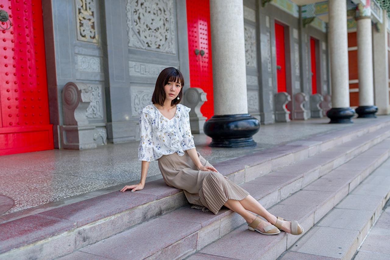 Фотография юбке Блузка девушка Азиаты сидящие Взгляд юбки Юбка Девушки молодая женщина молодые женщины азиатки азиатка сидя Сидит смотрит смотрят