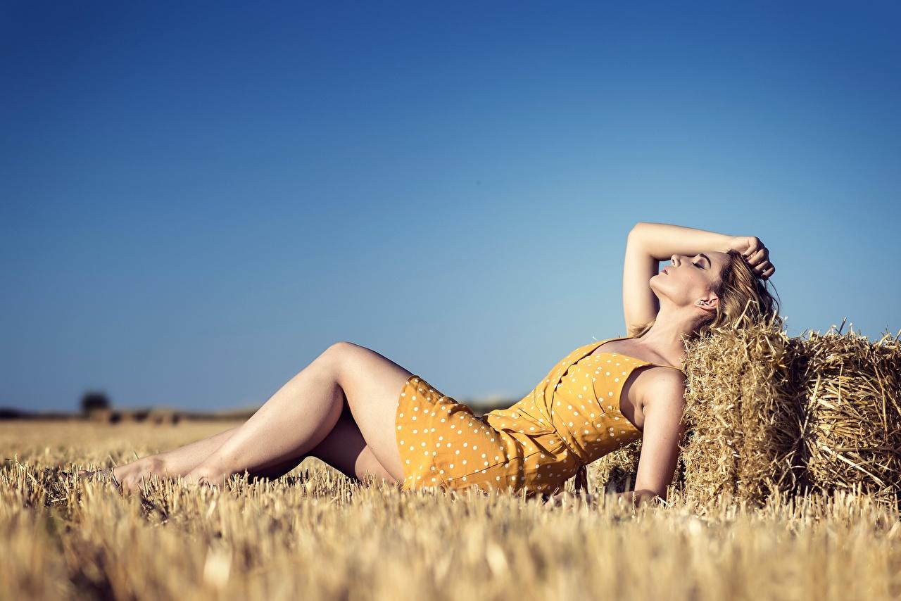 Bilder von Liegt unscharfer Hintergrund Mädchens Bein Acker Stroh Kleid ruhen Liegen hinlegen Bokeh junge frau junge Frauen Felder