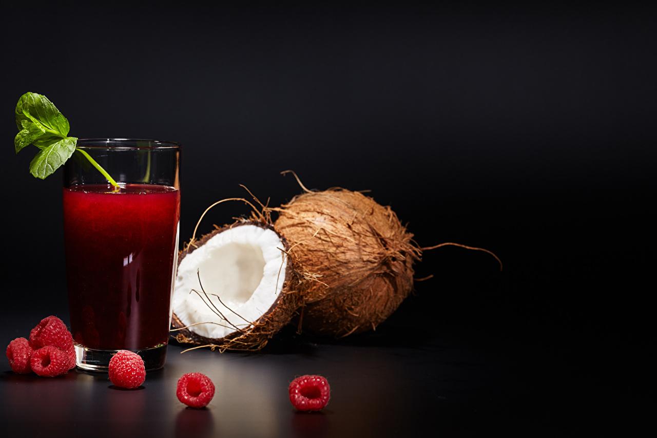 Fotos Saft Trinkglas Kokosnuss Himbeeren Lebensmittel Schwarzer Hintergrund Fruchtsaft Kokos