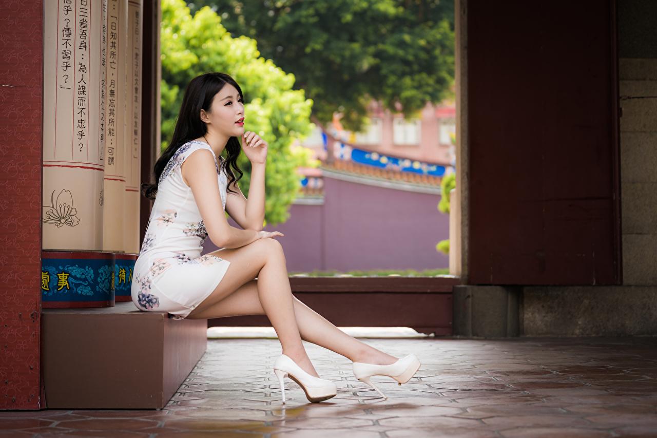 Bakgrundsbilder Brunett tjej Vackra Unga kvinnor Ben Asiater Sitter Klänning Dam klackar vacker ung kvinna asiatisk