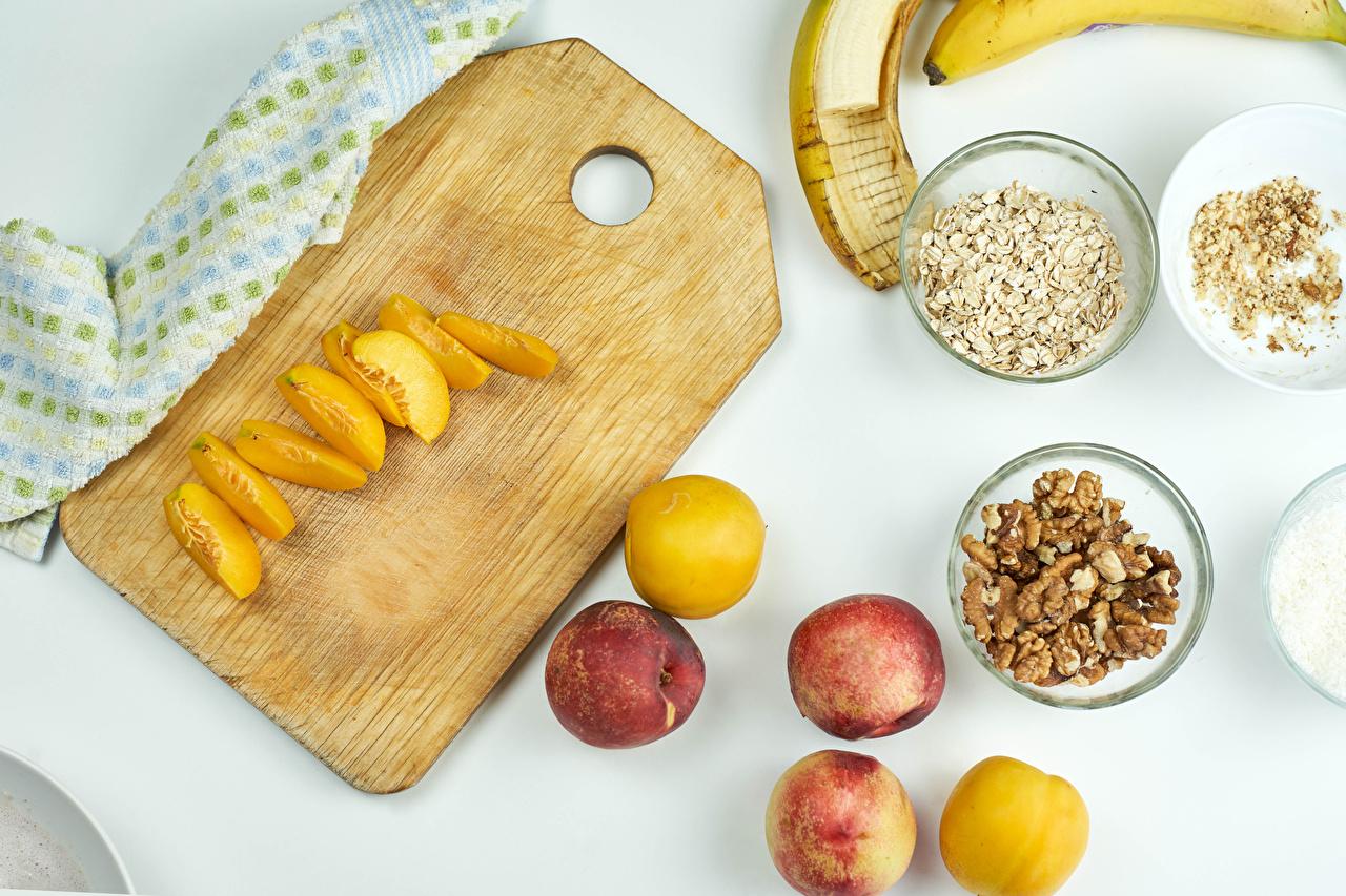 Fotos Walnuss Pflaume Pfirsiche Müsli das Essen Schneidebrett Lebensmittel