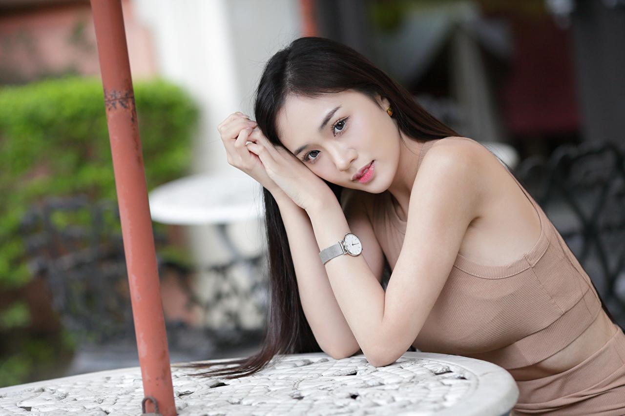 Фото Брюнетка боке девушка Азиаты Руки Взгляд брюнетки брюнеток Размытый фон Девушки молодая женщина молодые женщины азиатки азиатка рука смотрит смотрят