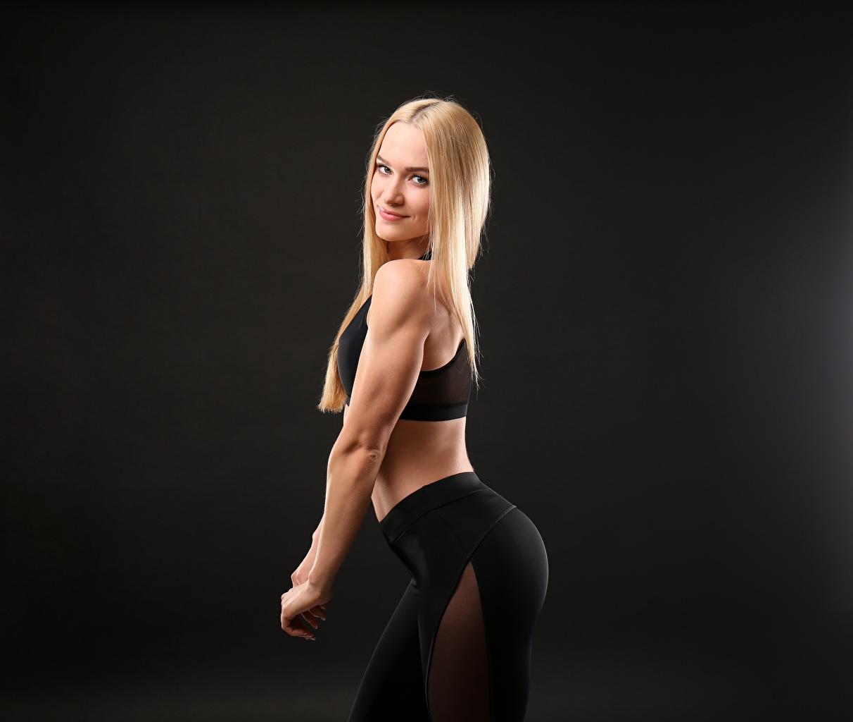 Bilder von Blond Mädchen Lächeln Pose Fitness Sport junge Frauen Starren Blondine posiert Mädchens junge frau sportliches Blick