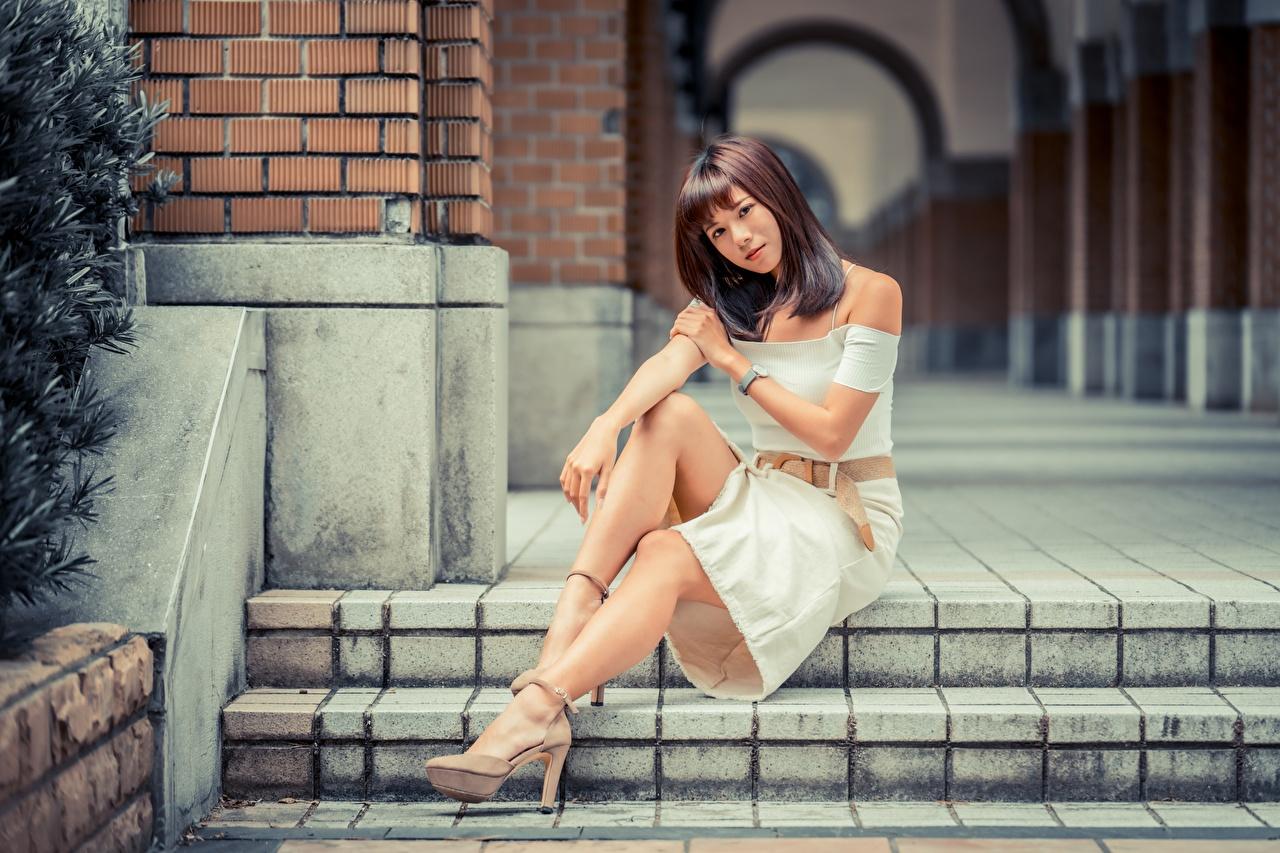Fotos Braune Haare Bokeh junge Frauen Bein asiatisches Hand Sitzend Braunhaarige unscharfer Hintergrund Mädchens junge frau Asiaten Asiatische sitzt sitzen