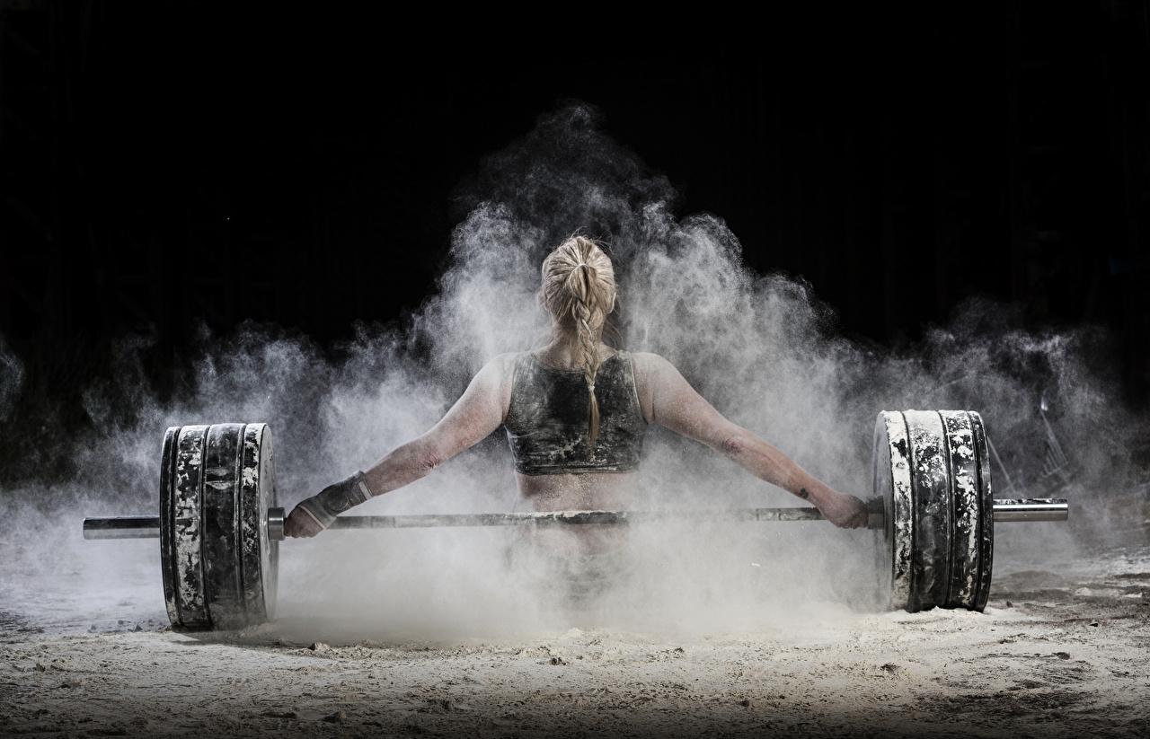Desktop Hintergrundbilder Blondine Körperliche Aktivität Rücken Mädchens sportliches Hantelstange Hand Blond Mädchen Trainieren Sport junge frau junge Frauen