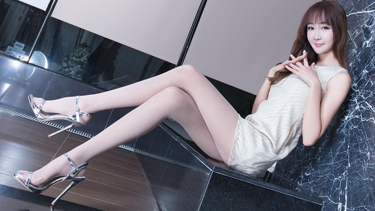 Bilder Brünette Strumpfhose junge frau Bein Asiatische Hand Sitzend Kleid Stöckelschuh Mädchens junge Frauen Asiaten asiatisches sitzt sitzen High Heels