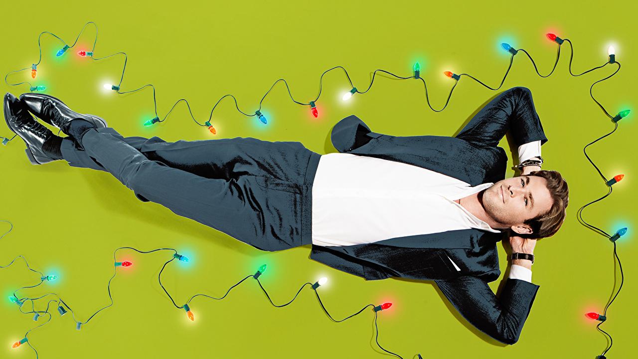 Chris Hemsworth Homem Saturday Night Live Mary Ellen Matthews Luzes de Natal Terno Celebridade