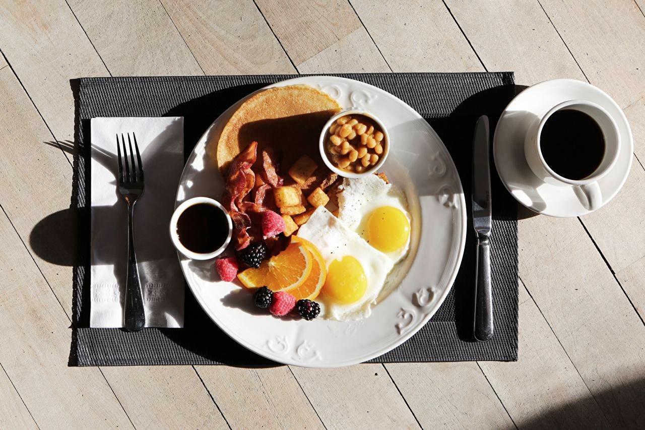 Fotos von Messer Spiegelei Kaffee Frühstück Tasse Teller Essgabel Lebensmittel Bretter Gabel