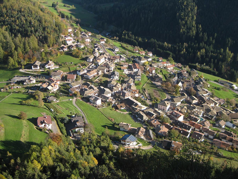 Sfondi Italia insediamento umano Village Of Selva, South Tyrol, Val Gardena Vista dall'alto Città La casa Il villaggio edificio