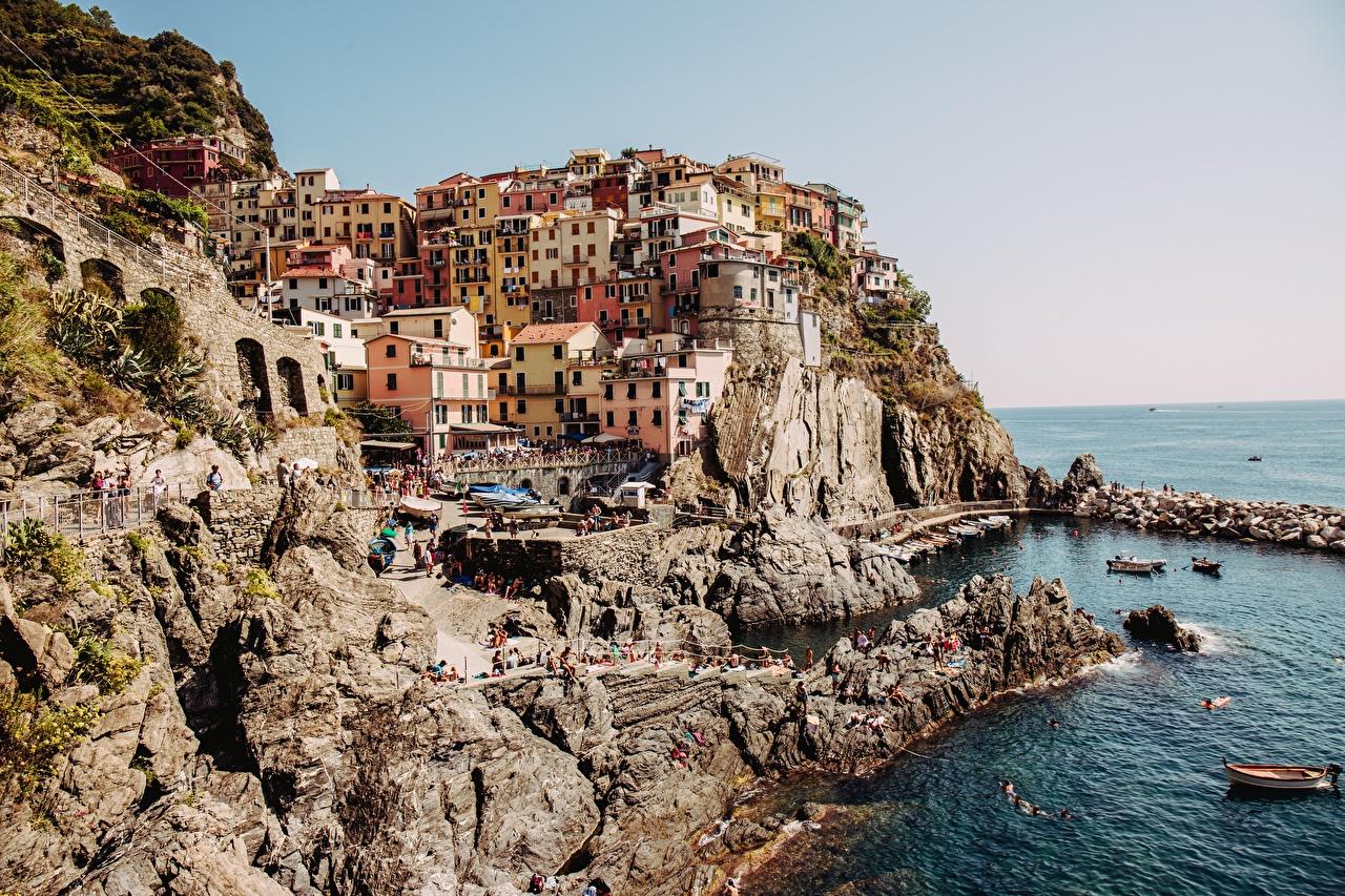 Foto's Cinque Terre Italië falesia De kust een boot Steden gebouwen klif landform Kleine boten gebouw Huizen een stad