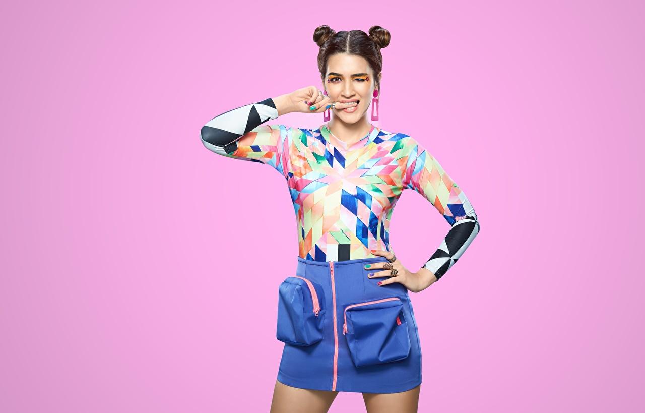 Bilder Indian Rock Kriti Sanon Pose Frisuren Bluse Mädchens Blick Prominente Farbigen hintergrund posiert Frisur junge frau junge Frauen Starren