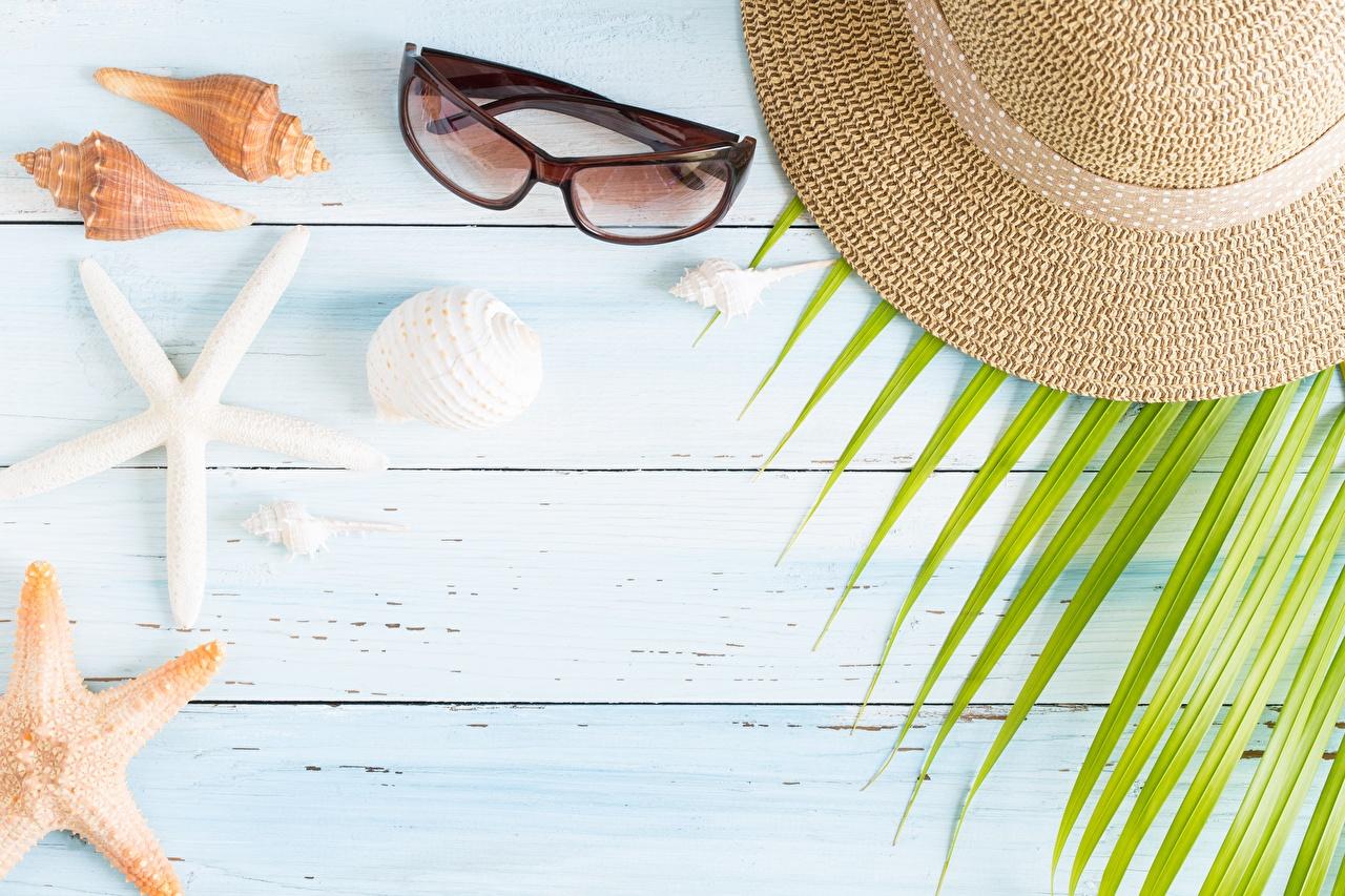 Fotos von Der Hut Muscheln Brille Vorlage Grußkarte Bretter