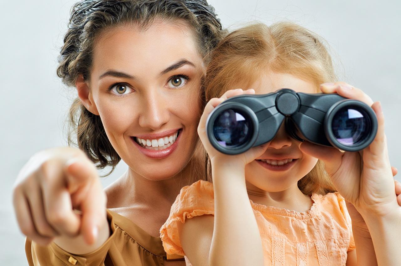 Desktop Hintergrundbilder Kleine Mädchen Lächeln Mutter binoculars junge Frauen Starren Mädchens junge frau Blick