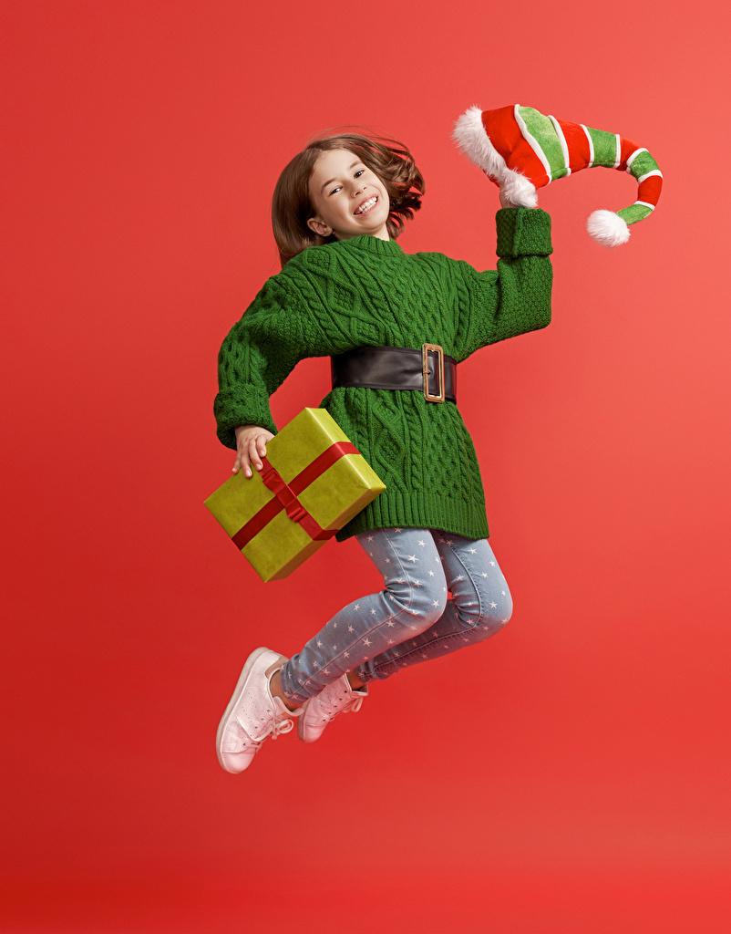 Bilder von Kleine Mädchen Neujahr Lächeln Kinder Mütze Sprung Geschenke Roter Hintergrund Kleid  für Handy kind