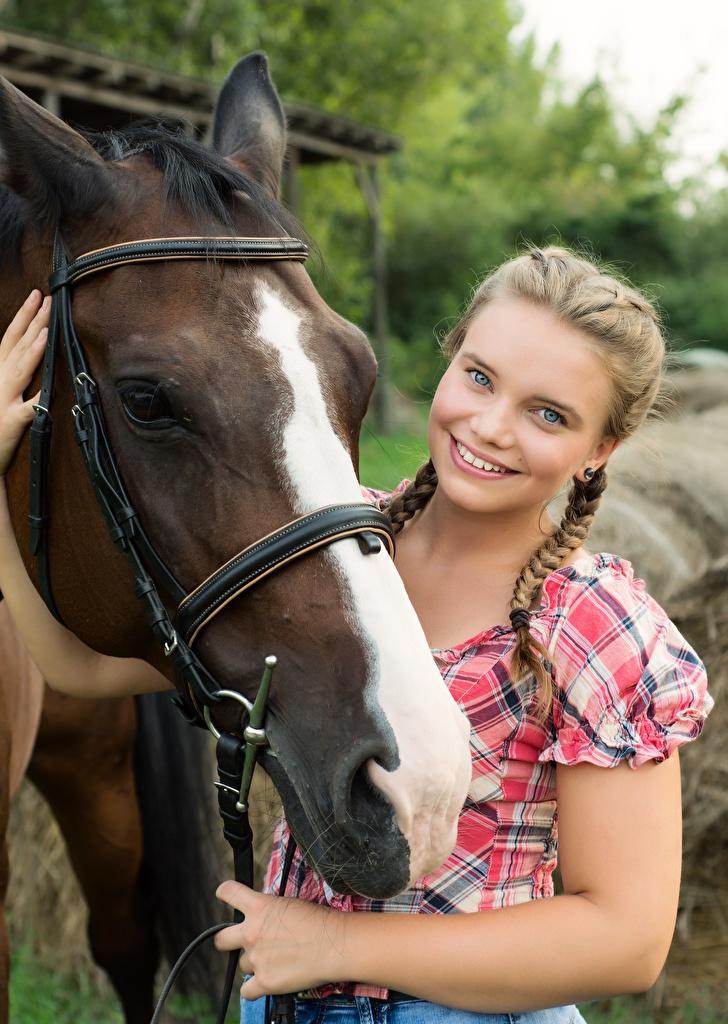 Achtergronden Paarden Vlecht Glimlach Schattig jonge vrouw Hoofd Kijkt  voor Mobiele telefoon paard leuk leuke Jonge vrouwen