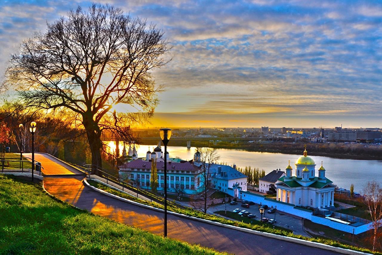 Tapeta na pulpit Kościół Rosja Nizhny Novgorod, Volga, Volga Federal District świt i zachód słońca rzeka Latarnia uliczna Drzewa Miasta Wschody i zachody słońca Rzeki miasto