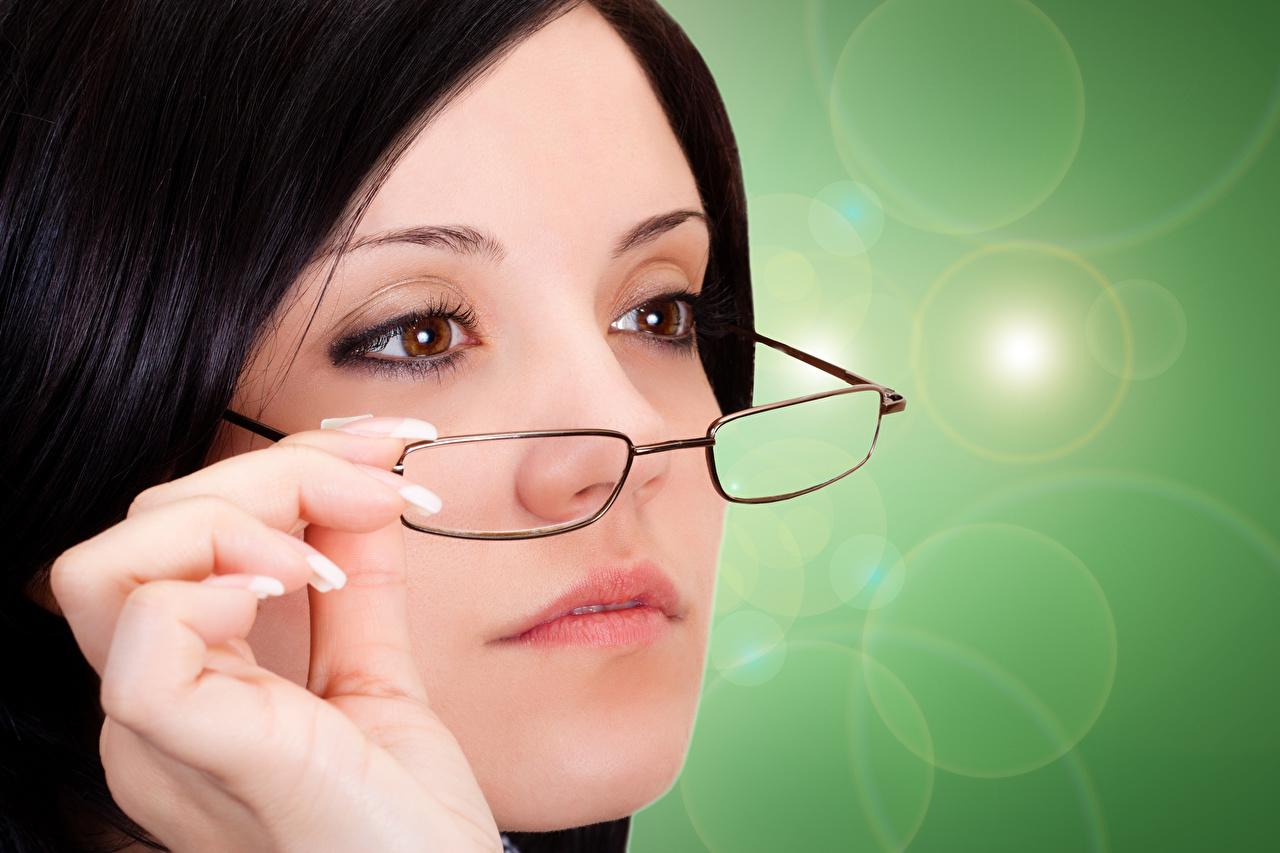 Fotos Brünette Gesicht junge frau Finger Brille Farbigen hintergrund Mädchens junge Frauen
